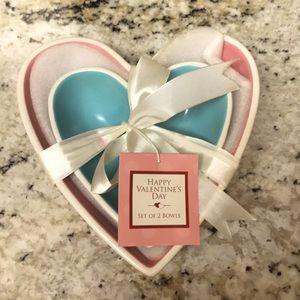 Set of 2 heart-shaped bowls.
